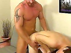 Homosexuell orgie Första han blir budet i deepthroat dennes fan -stick
