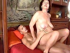 Шлюха - бабушка при дряблые груди & корпуса траханье со парень