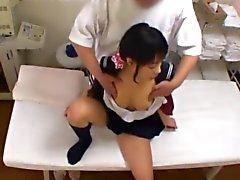 Schoolgirl dispone il culmine durante un di massaggio molto sensuale