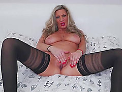 Older glamour sweetheart masturbates in nylons