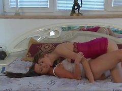 Melisa Mendiny hinter den Kulissen mit einem anderen Mädchen