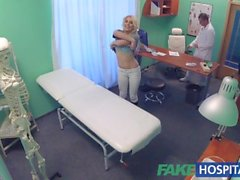 Hospital de falsa paciente tímida con el remojo coño chorros mojados en docs dedos