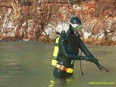Vestirse con del látex catsuit del & salto el engranaje negro y luego nadar a de la playa