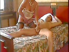 MOM SEXY n90 mature brune sur un lit