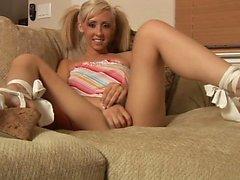 Pigtailed Cutie Jessica Lynn spreizt ihre schlanke Beine und reibt sich ihre Pfirsich