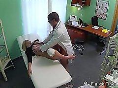 Stora tuttar blondin med skadat knä körd av läkarens