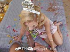 Tiny4K - Teen loira Bella Rose faz seu homem explodiu para o Ano Novo