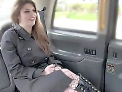 Tattooed hottie anal golpeó en taxi falso