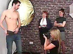 Le strisce tiranti amatori Naughty le ragazze del CFNM britanniche sulla macchina fotografica