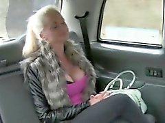 Seksi bir amatör sarışın Binek Arka koltuktaki çarptım