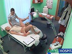 FakeHospital enfermeira assiste como casal sexy fuck