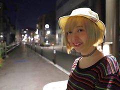 Houkutteleva Aasian söpöläinen saa gangbanged pienten viritetyssä Japanin kaverit