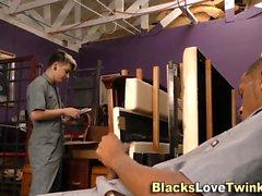 Twink saugt schwarze Stange ab