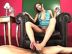 Yui Mit liebt mit ihrem Öl und Füße den Kerl cum Fest zu machen