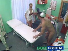 FakeHospital homme Handy arrive à baiser infirmière