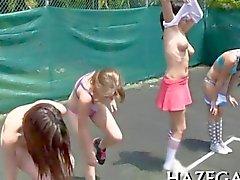 College Girlie zu spielen mit Tennisbällen