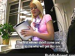 Симпатичная блондинка победы более чем премии
