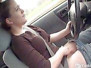 Сексуальный Лу вождении автотранспорта и тереть ее мокрые киски