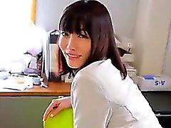 Japonais Bébé taquineries sa culotte gorge