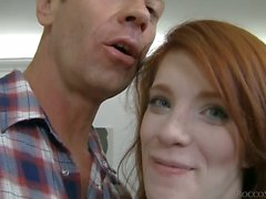 Netter Redhead von Roxy Rausches folgenden süßer Rocco Mädchen. ihr
