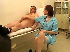 Weiblich Doktor überprüft ein Hahn