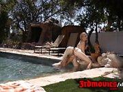 Elsa Jean & Alexa Anmut Pool Muschi lecken