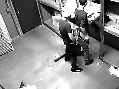 Камера поймали двух веселых парней толчки в пакгаузе