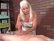 Aux seins énormes de mamie Main-