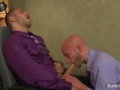 Lustvollen Homosexuell schlagen im Büro