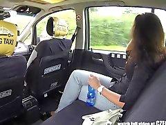 CzechTaxi Multiple Female Orgasm auf der Rückbank