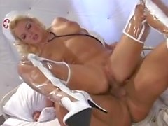 Sexy enfermeira Barbara Summer em PVC-Boots curas um paciente