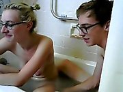 Блондин играет на саму себя на ванна и выходит за ее V