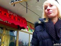 Joueur européen de jolie blondinette de Laura payer pour