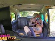 Женщина Поддельного такси дилдо делает горячую лесбийские татуировки красотки струйки