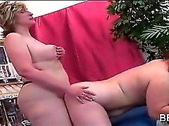 Las lesbianas Gordas y Bellas consolador de coños jodidamente caliente