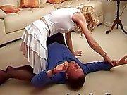 Bir karısı yüzünde oturan kocasını cezalandırıyor