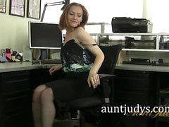 KızıI saçIı MILF Amber onu Office Masturbates
