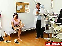 Milf brune gras reçoit un gyneco