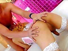 Transexual caliente de Gaby las burlas en su ropa interior de color rosa y culo jodido