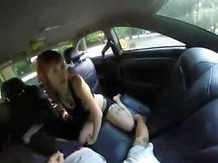 Arabamın arkasında uyuşturulmuş bir fahişeyi sikiyorum
