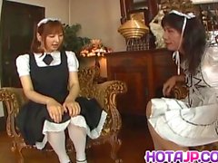 Runna Sakai serveuse asiatique coquine obtient les jambes écartées pour puss