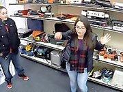 De duas meninas tentar roubar o e começ batendo pela pawnkeeper excitada