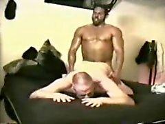 da macho dell'uomo muscolari viene servita