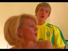 Кто она? Blond старушка трахают молодого мальчика . Блондинка милф трахать молодой мальчик . Наименование PLS