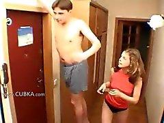 Amatörer par handjob vid korridor