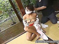 Nena japonesa fijo y humilladas con ropa tradicional