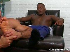 Hot hunk Ricky ger sin vän Pheonix en bra fot slicka