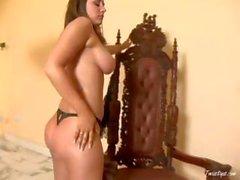 Busty brünett Erica Campbell wird nackt und zeigt vor der Webcam