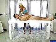 Sexy Masseuse eine große Gesichtsbesamung unter den Tisch zu genießen