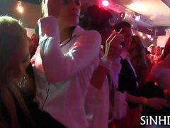 Partymädchen Tanz- und zu geben den Kopf nachdem ganze Sache sehr heiss